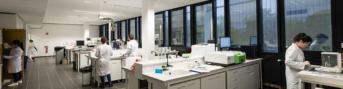 ENSCMu-travaux-pratiques-chimie-analytique1©GregoryTachet-1-1181×307.jpg