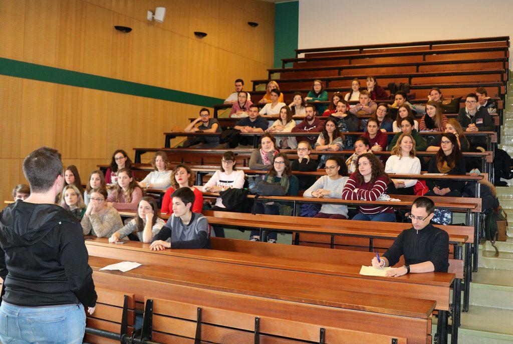 Tables-rondes à l'ENSCMu, rencontre entre élèves et diplômés.